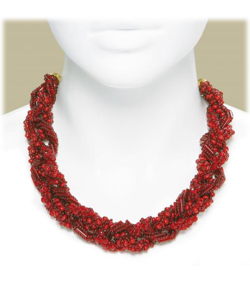 Aufwändiger Halsschmuck in schönen Rottönen